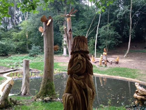 Esculturas esculpidas nas árvores em Chorleywood House Estate