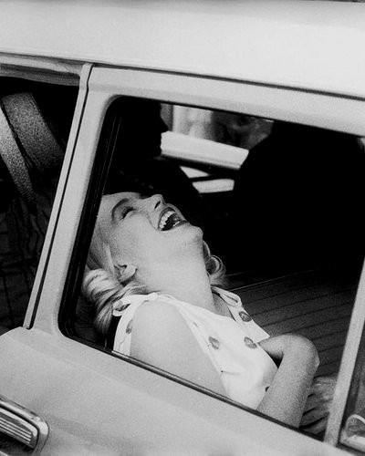 Marilyn rindo no carro.jpg-large.jpg