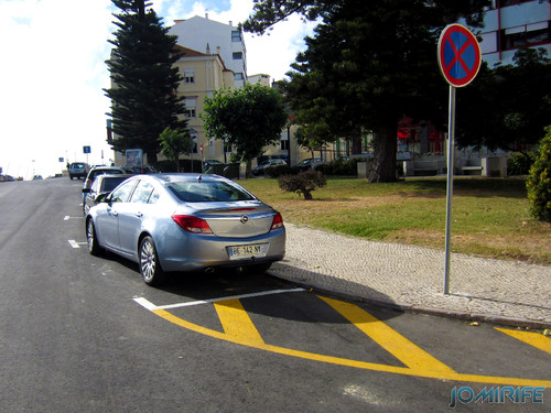 Lugar de estacionamento onde não podes parar ou estacionar. [en] Parking spot for a car where you can not stop or park the car?