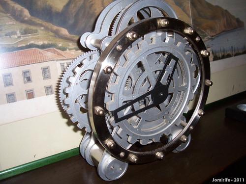 Relógio de mesa com rodas dentadas à vista