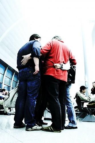 Homens-abraco-aeroporto_540.jpg