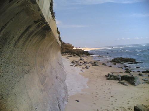 Estrutura de betão que impede o mar
