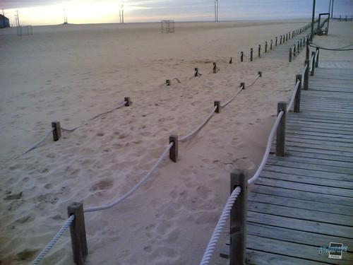 Areia com 50 cm de altura cobre passadeira praia