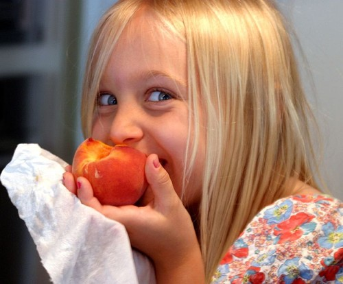 0 800px-Eating_a_Georgia_peach.jpg