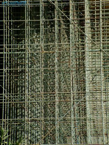 Estrutura de andaimes de ferro de construção [en] Iron scaffolding structure in a construction