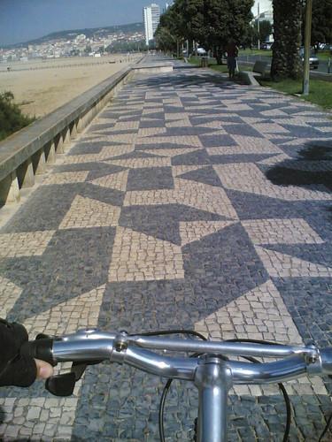 De bicicleta pelo passeio da Avenida na Figueira da Foz