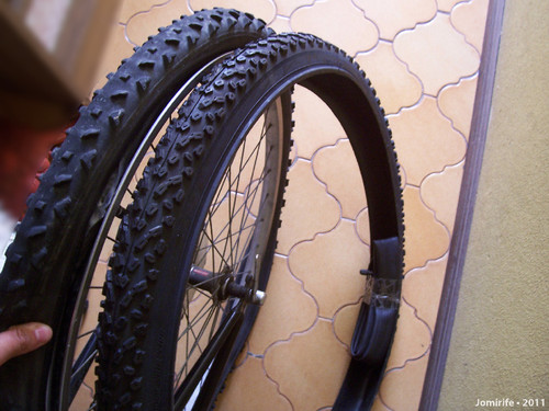 Novo pneu e câmara de ar para a bicicleta
