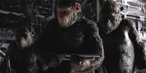 War-for-the-Planet-of-the-Apes-Caesar-holding-a-gu