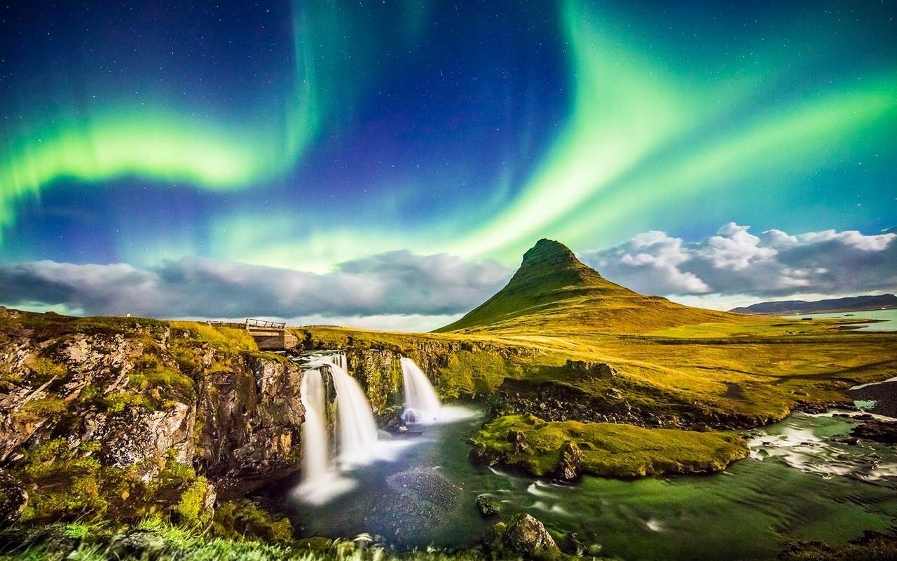 northern-lights-waterfall-iceland-ICELANDHOT0517.j