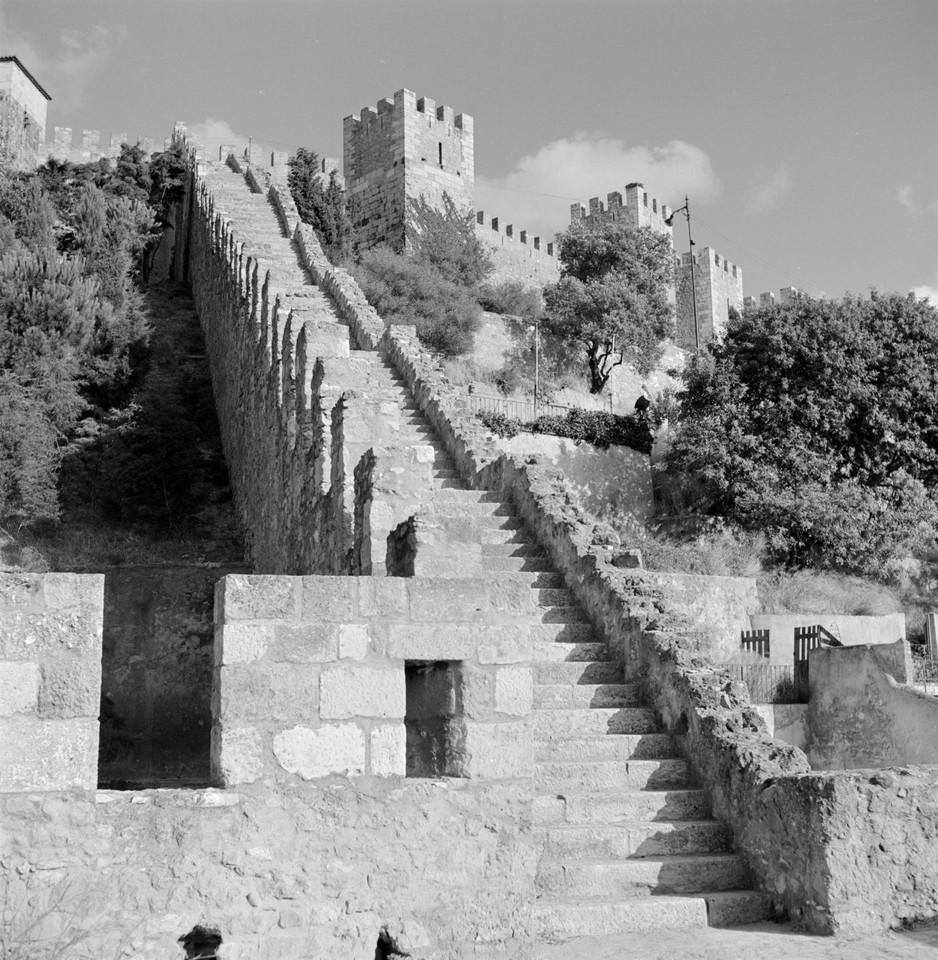 Castelo de São Jorge, escadaria que liga o adarve