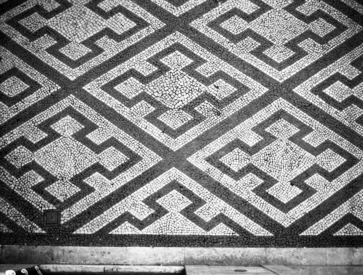 Calçada portuguesa, Chiado, 1940, foto de Antóni