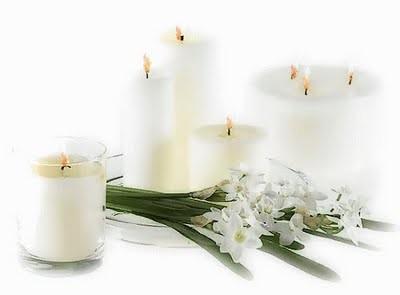 Velas brancas acesas e lirios da paz.jpg