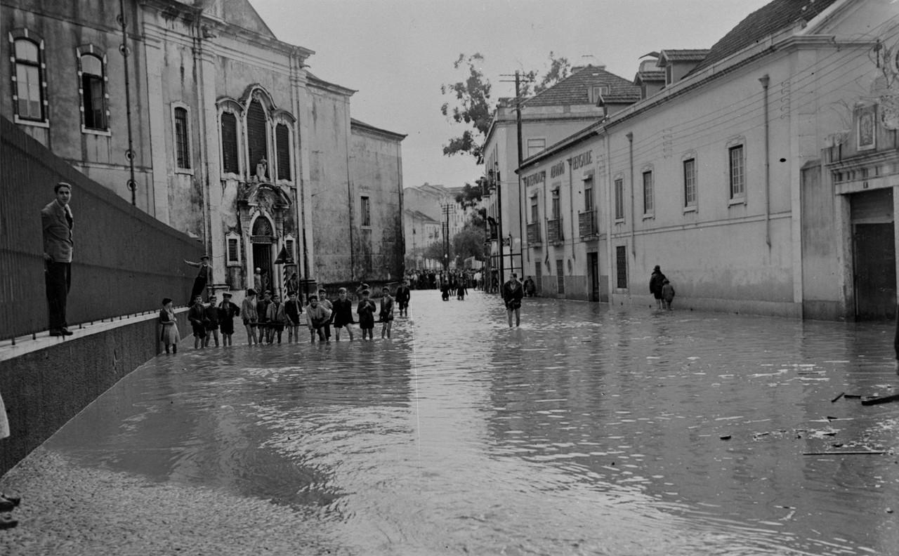 Inundações, à esquerda a capela do Hospital Cur