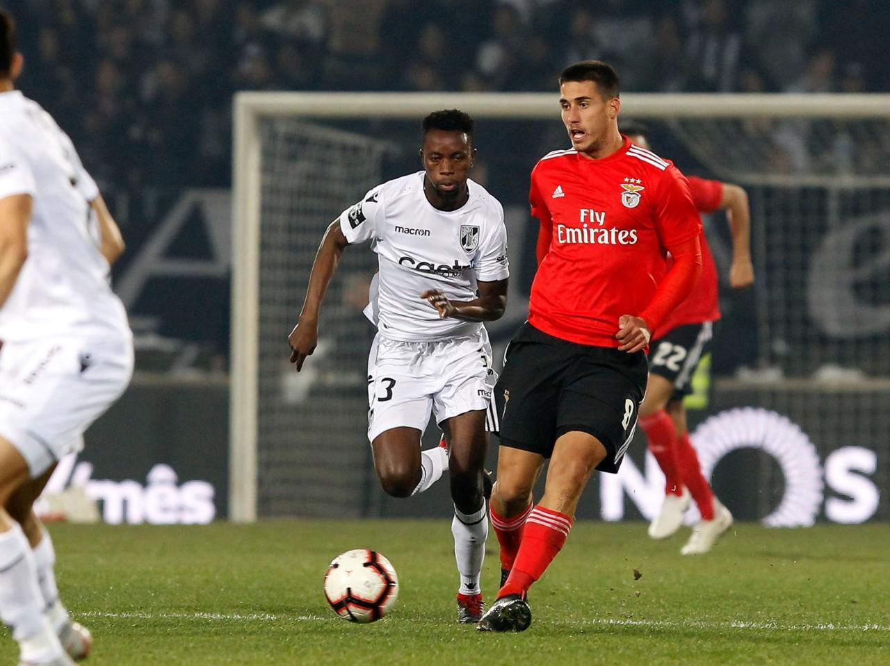 Dois jogos em Guimarães na mesma semana. Duas vitórias por 0-1. Dois golos  marcados pelos avançados. Partidas iguais  Nada disso. 58d3cce35d8ca