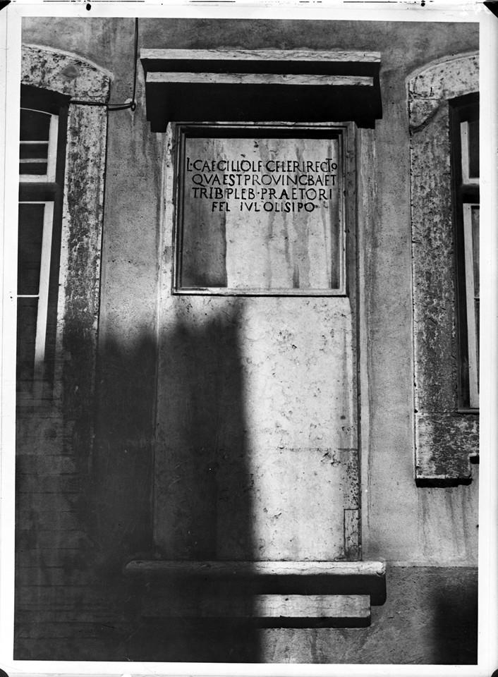 Lápide romana, sd, foto de Est´dios Mário Novai