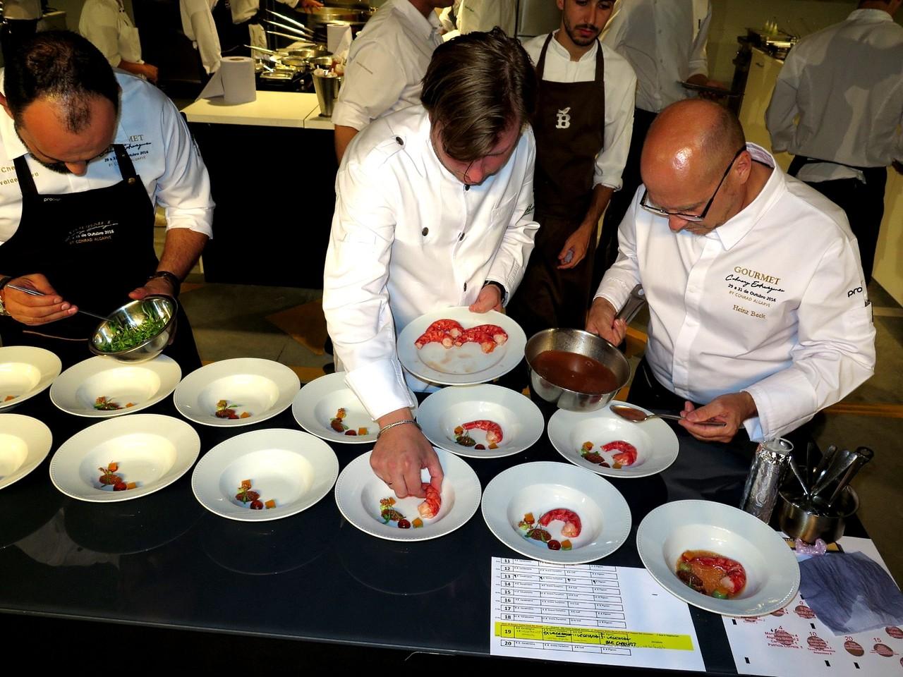 Kevin Fehling colocando o carabineiro e Heinz Beck finalizando o prato com o molho picante