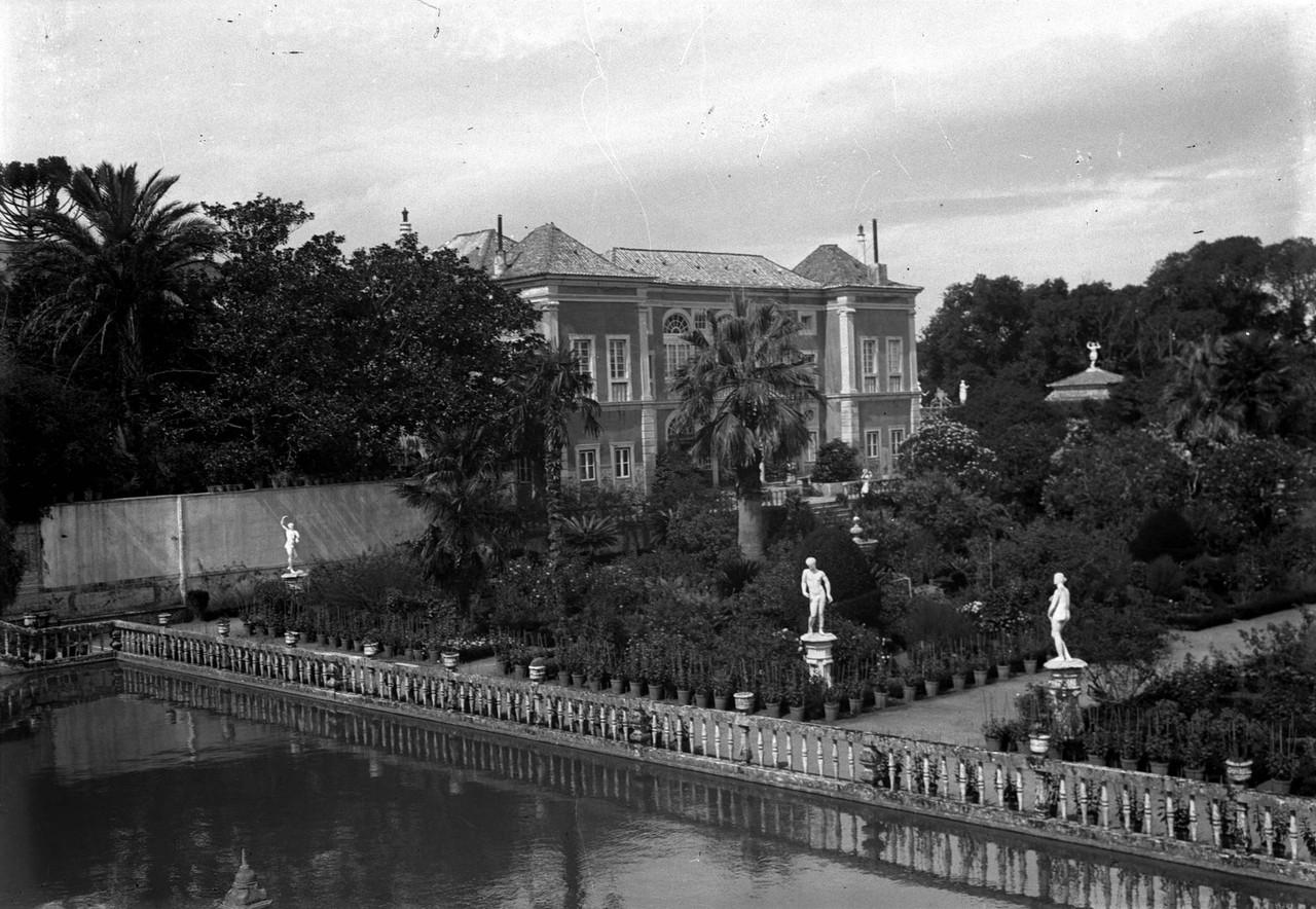 Palácio Marquês de Fronteira, lago e fachada ori