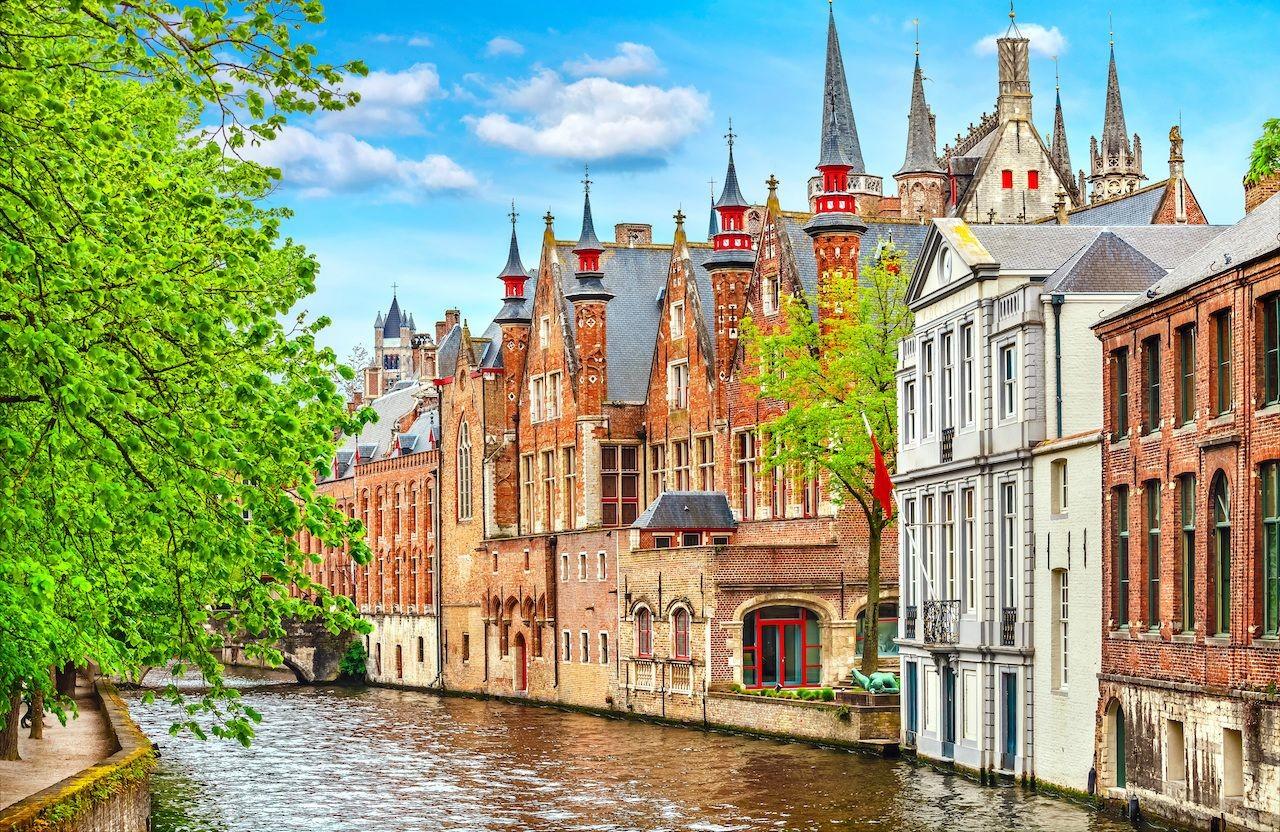 Medieval-buildings-on-canal-in-Brussels.jpg