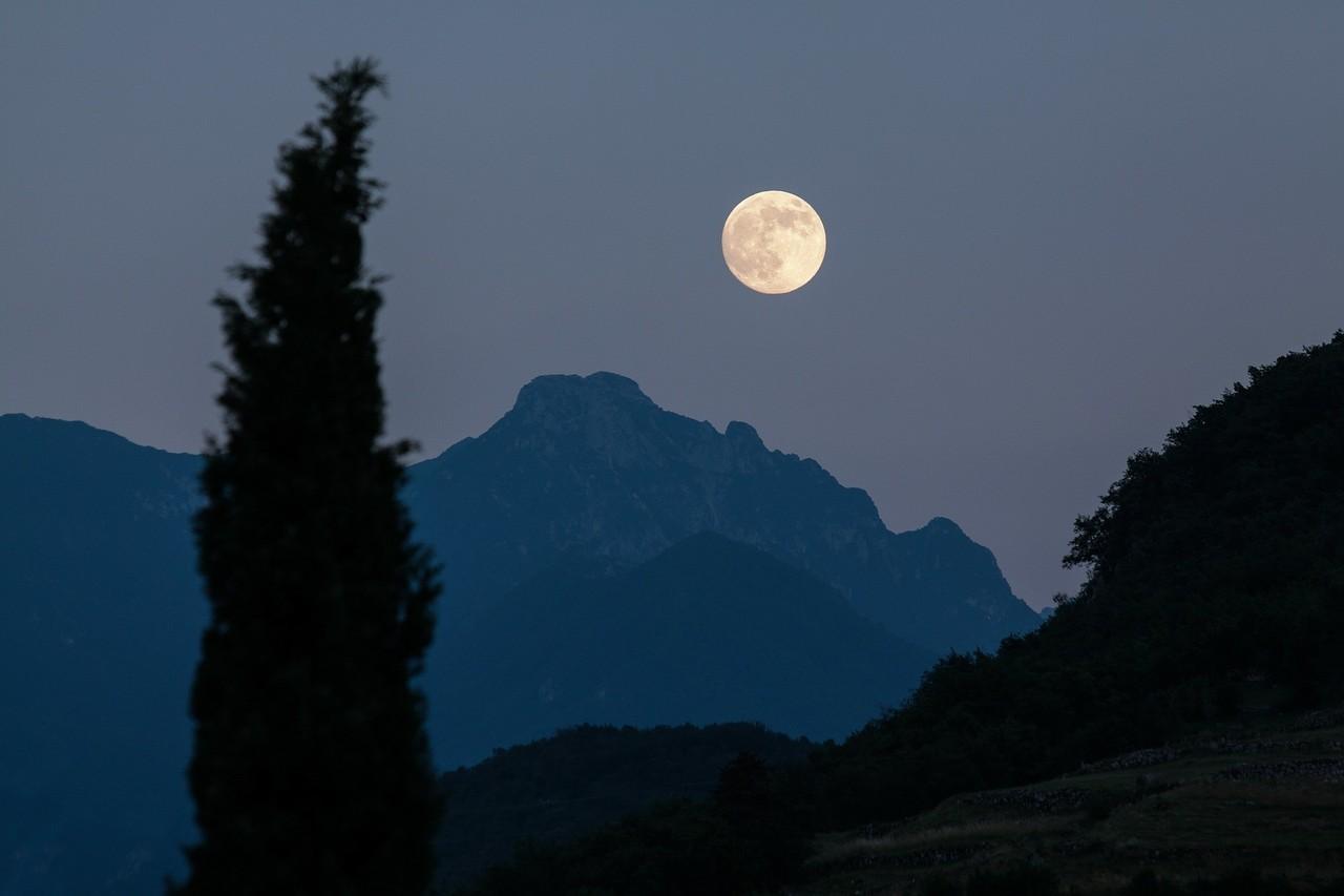 moon-182145_1920.jpg