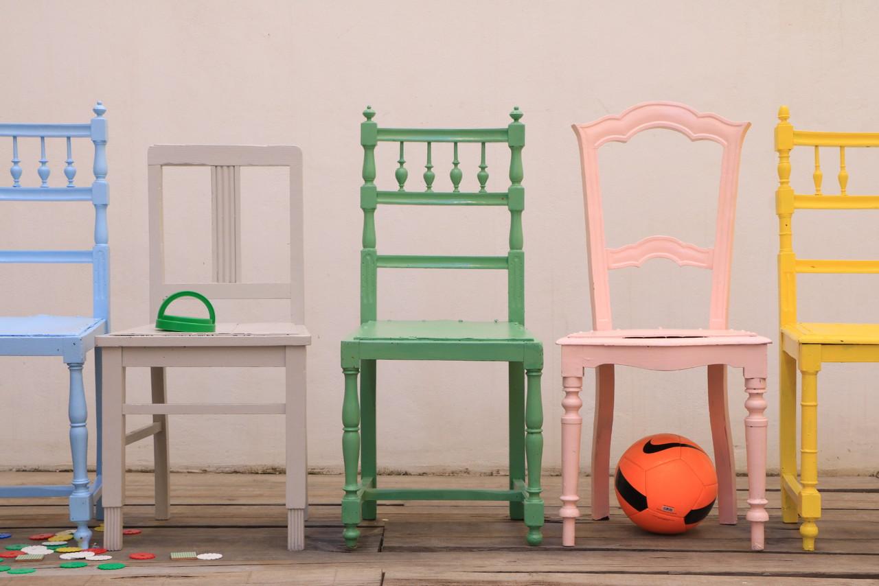 cadeiras pintadas mundo de sofia.JPG