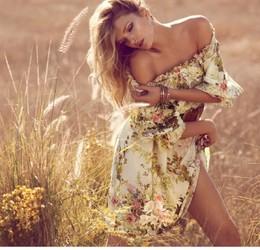 menina de ombros nus, em vestido no feno e em flores