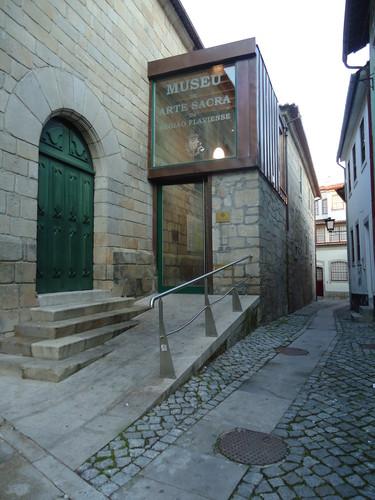 Porta lateral da Igreja Matriz