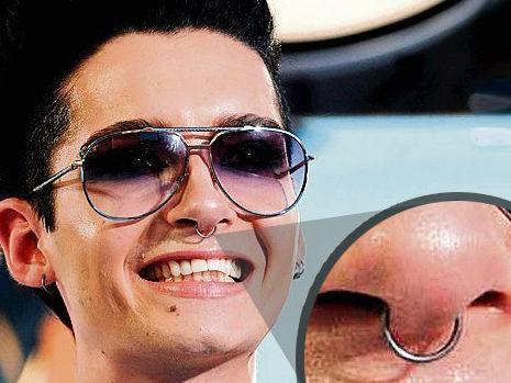 piercing no dente. E ele até tem um piercing no